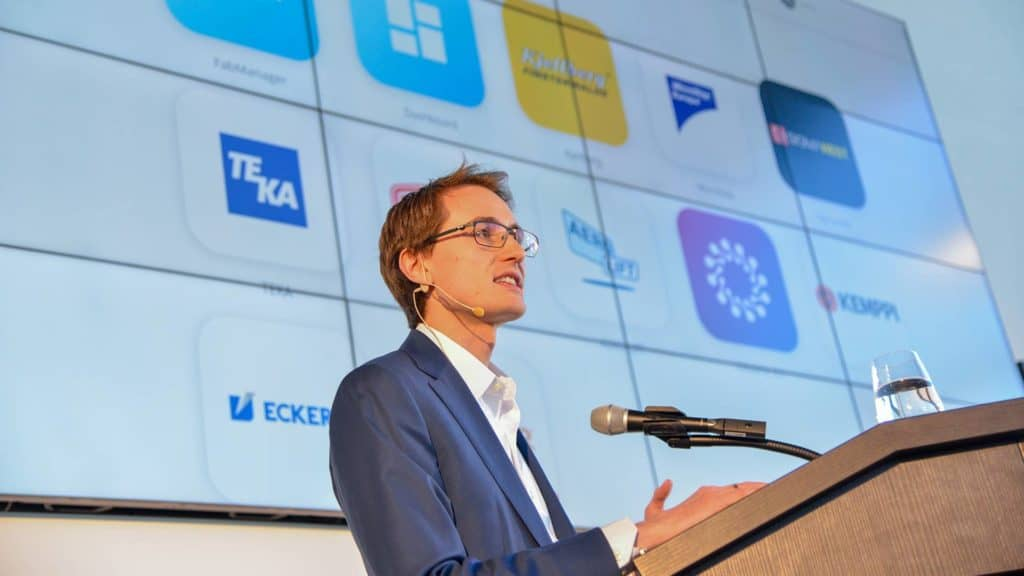 Konstantin Kernschmidt präsentiert IndustryFusion 4.0